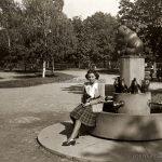 """Портрет на млада дама до чешмата с """"мечето и деветте пингвина"""" в Борисовата градина, 1943г."""