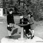 Деца пият вода от чешма, намирала се в близост до паметника на Хаджи Димитър в Борисовата градина, 30-те години на ХХ век