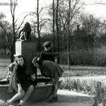 Деца до несъществуваща сега чешма с фигура на маймуна, Борисовата градина, 30-те години на ХХ век