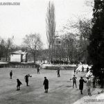"""София, ледената пързалка на замръзналото езеро """"Ариана"""", в дъното сградата на жилищна кооперация """"Асеновец"""" в строеж, 30-те години на ХХ век"""