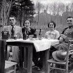 "Две дами със своите кавалери се черпят с ""Прошеково пиво"", Борисовата градина, 30-те години на ХХ век"